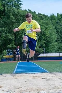 Trent Clayton tävlar i längdhopp med sin ToeOFF droppfotsorts